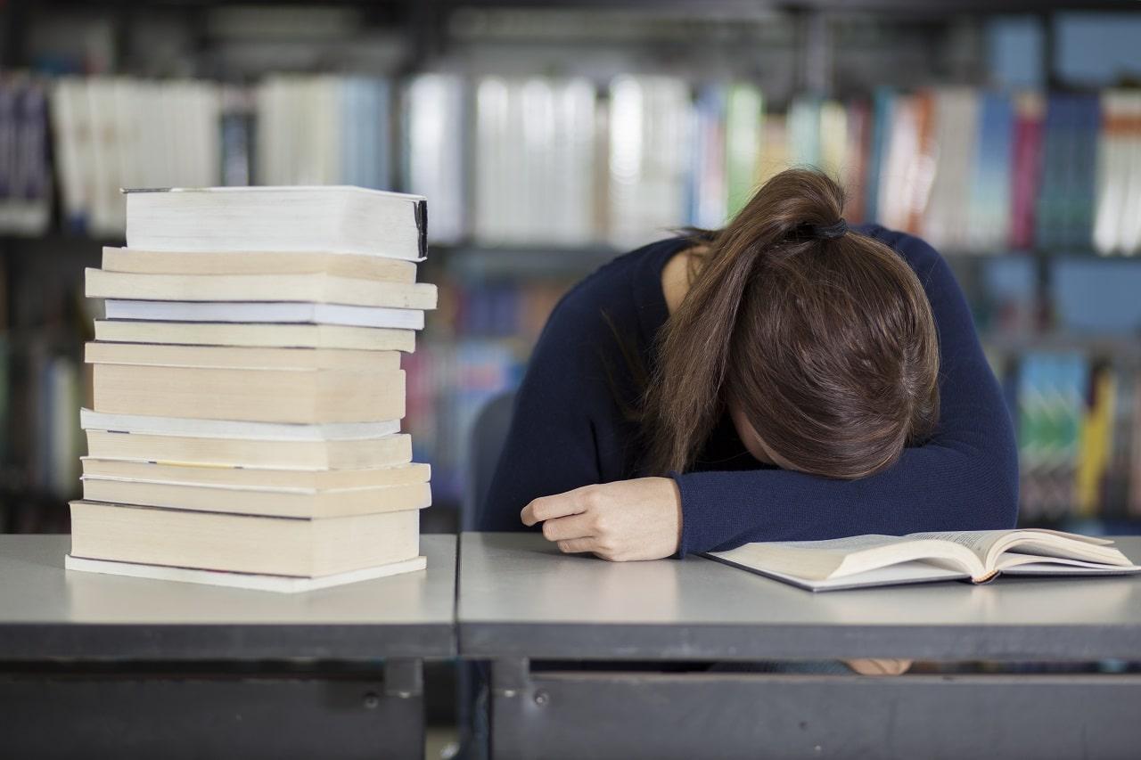 Muss ein Azubi nach der Berufsschule noch in den Betrieb? Müde und überarbeitet